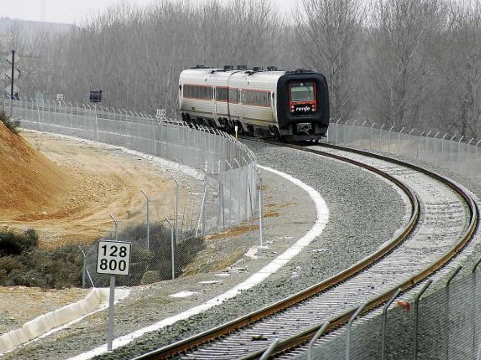 Un TRD circula por la vía de Teruel, que se electrificará hasta Zaragoza para alcanzar los 200 km/h.