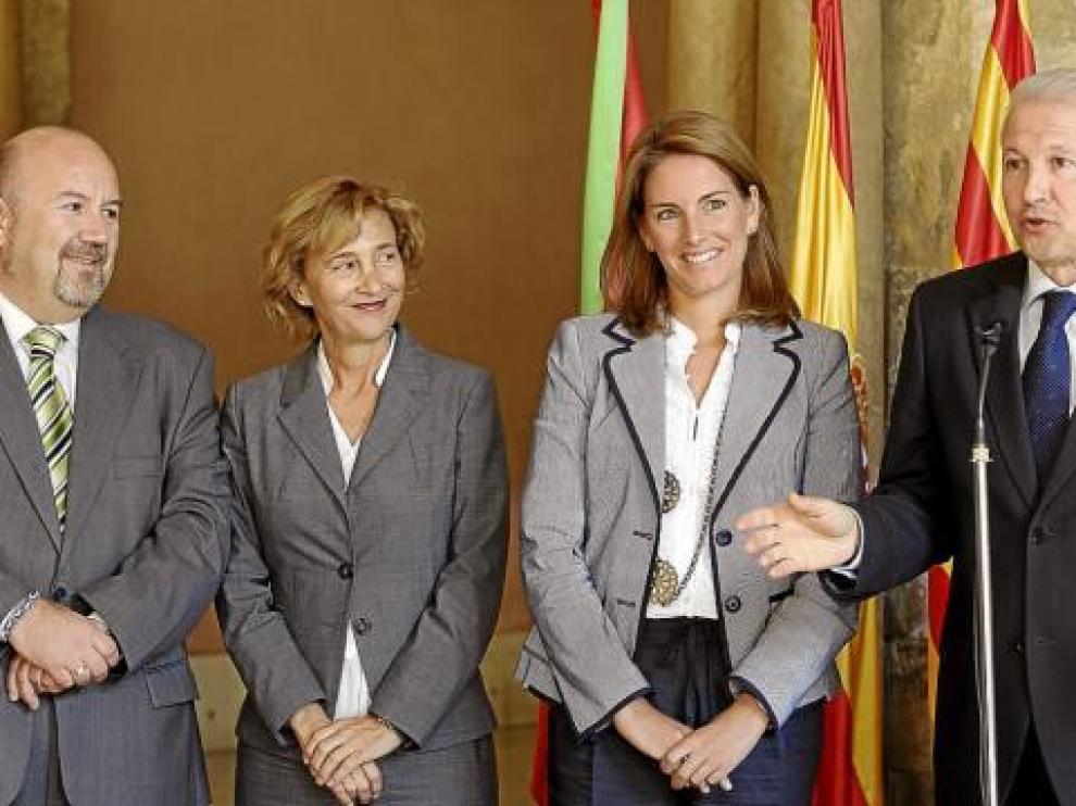 Pina (dcha.), junto a Quiroga (segunda por la dcha.) y otros miembros de la Mesa del Parlamento vasco.