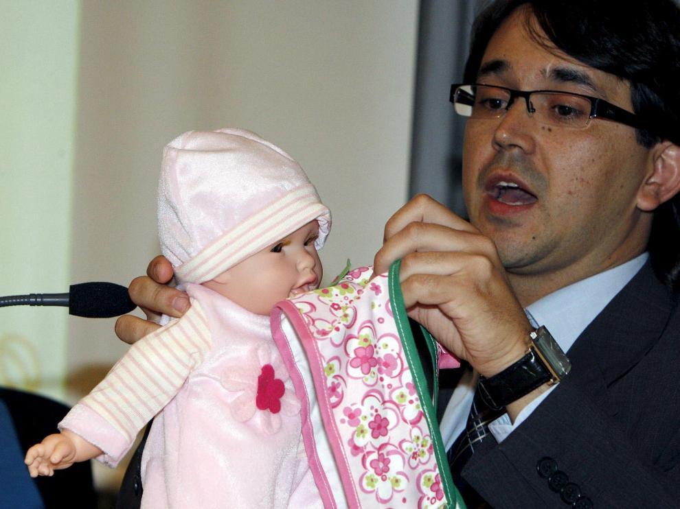 El director de ventas de Berjuan, César Bernabeu, hace una demostración del 'Bebé Glotón'
