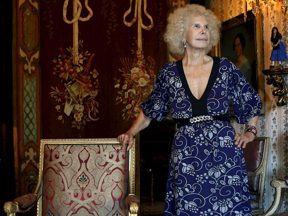 La Duquesa de Alba posa en el palacio de Dueñas