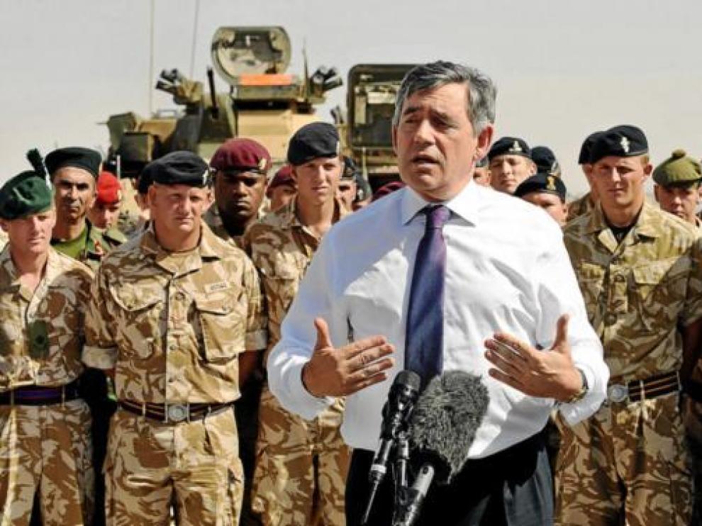 Gordon Brown se dirige a varios militares británicos en Afganistán, en una visita el pasado agosto