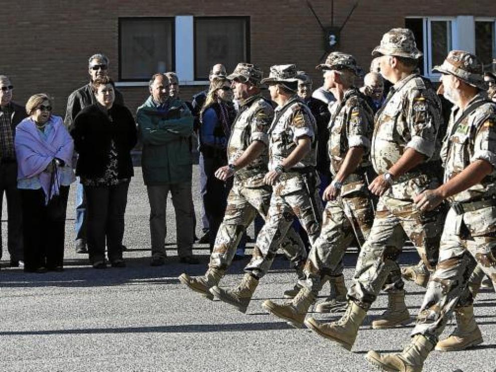 La Unidad Logística A/R 19 desfila delante de sus familiares en la ceremonia de despedida.