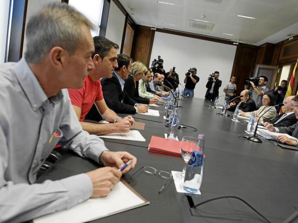 Representantes sindicales de Figueruelas recibieron ayer de los responsables del Gobierno central y la DGA el último plan de Magna.