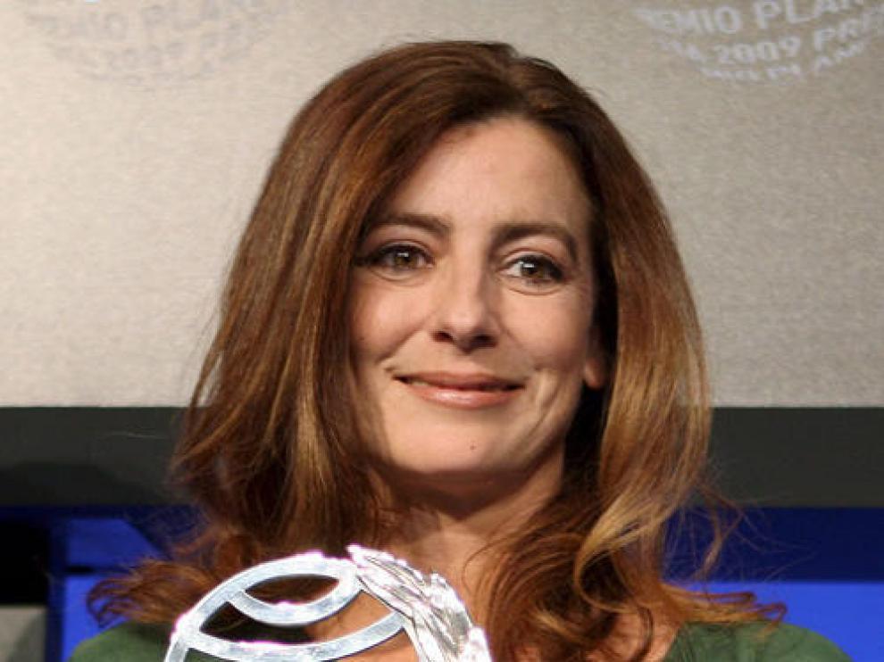 La escritora Ángeles Caso posa con el premio