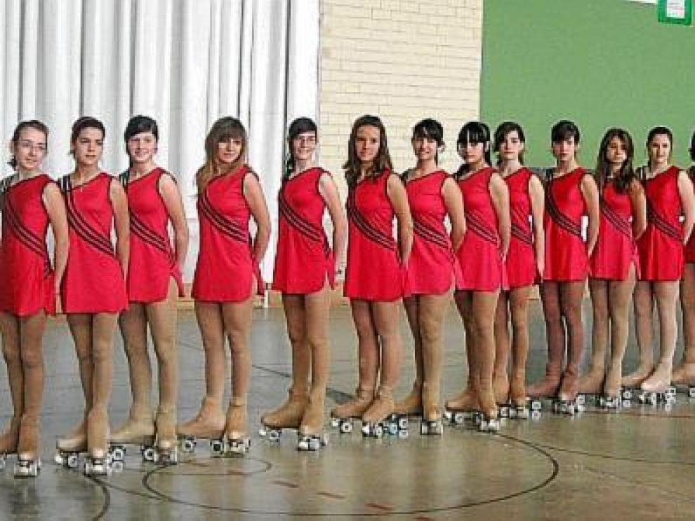 Formación de un grupo de patinadoras, antes del inicio de una competición