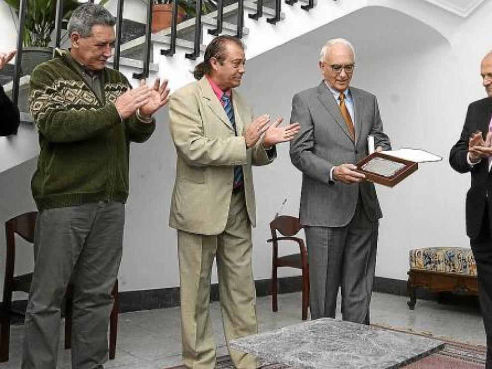 Santiago Ramón y Cajal Junquera,  con la placa recibida ayer en Ayerbe