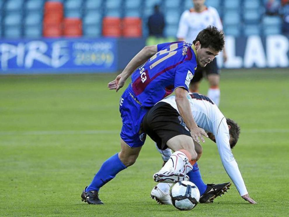 El jugador del Huesca Echaide trata de arrebatarle el balón a un rival, en el choque disputado ayer en el Helmántico