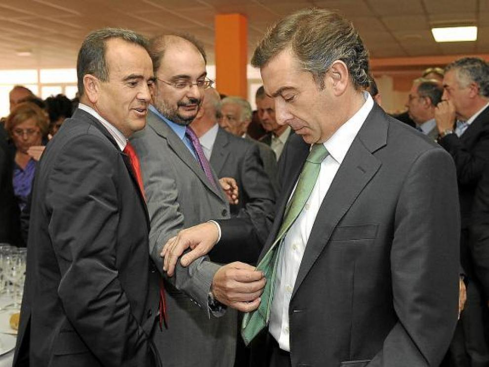 Lambán (centro) y Sánchez Quero, con el portavoz popular, Luis Mª Beamonte, el pasado miércoles