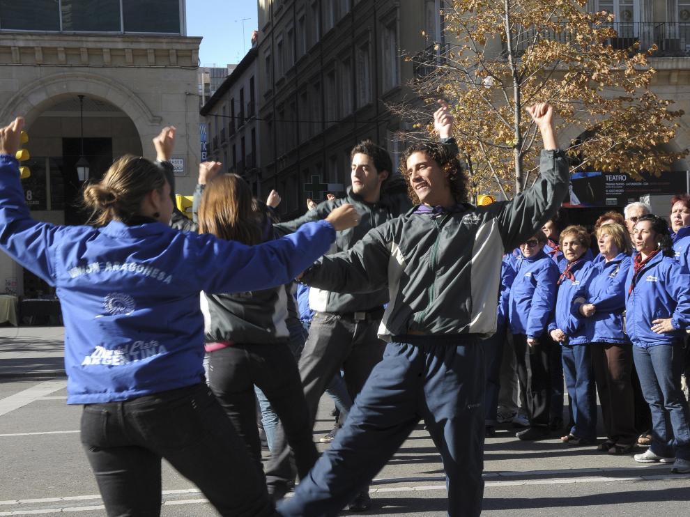 El grupo de Mar de Plata, bailando en el paseo de la Independencia