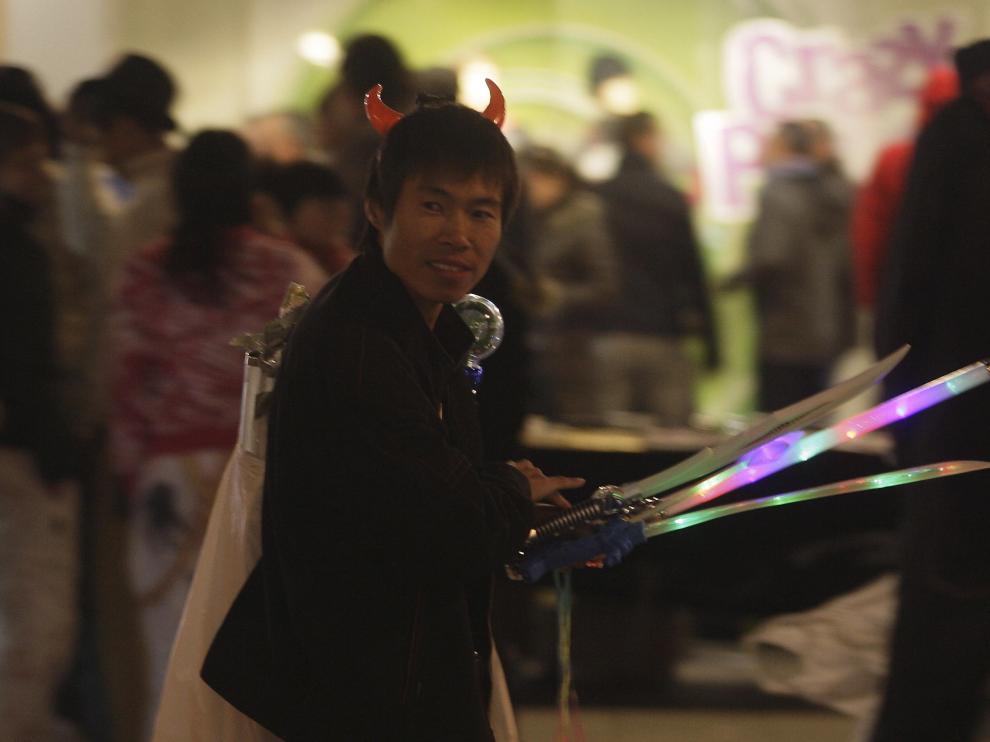 Un vendedor de cuernos diabólicos y espadas láser