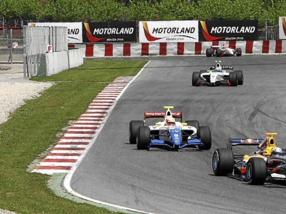 Varios bólidos cubren un tramo del circuito de Motorland, en Alcañiz.