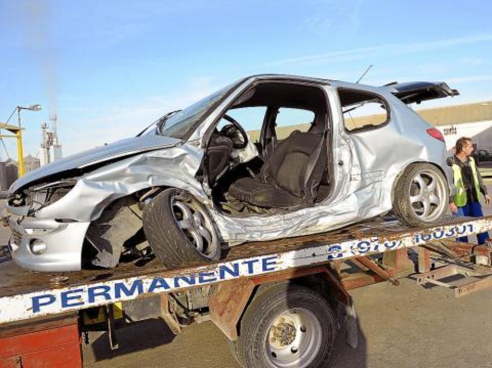 Una grúa retiraba ayer uno de los dos turismos implicados en el accidente.
