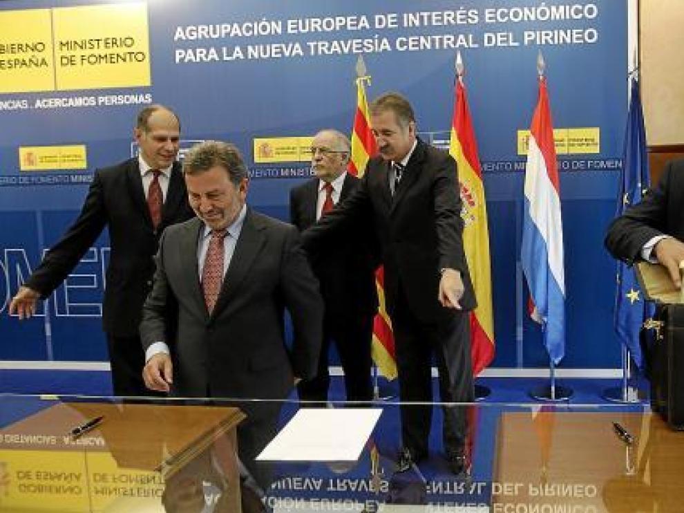 El embajador francés saca los documentos, mientras el presidente del ADIF espera para firmar, ayer.