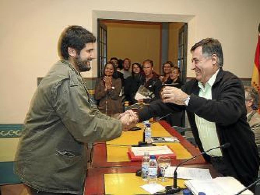 Gervasio Sánchez saluda a uno de los becados