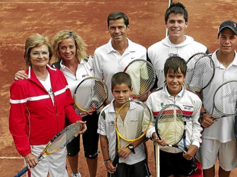 Mª Carmen y los Colás: Anabel, Aurelio, Abraham, Aarón y Jesús. En primera fila, los pequeños Alberto e Ignacio. Y sus raquetas, claro.