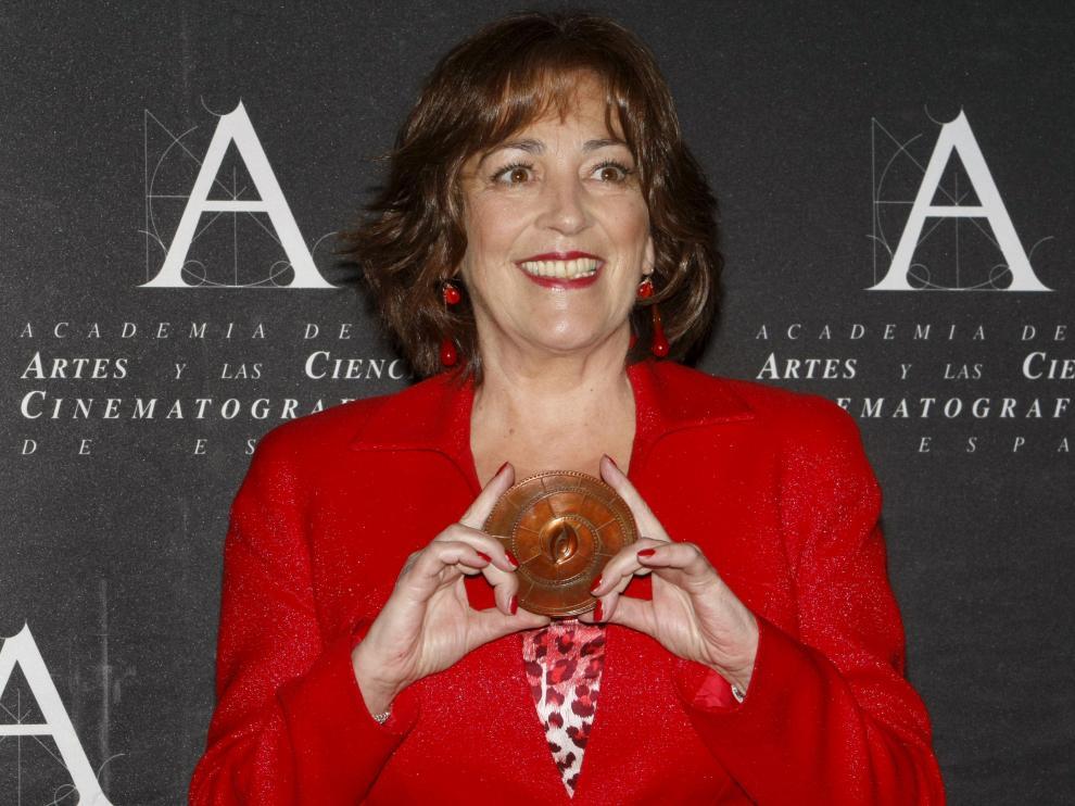 La actriz posa con la Medalla de la Academia