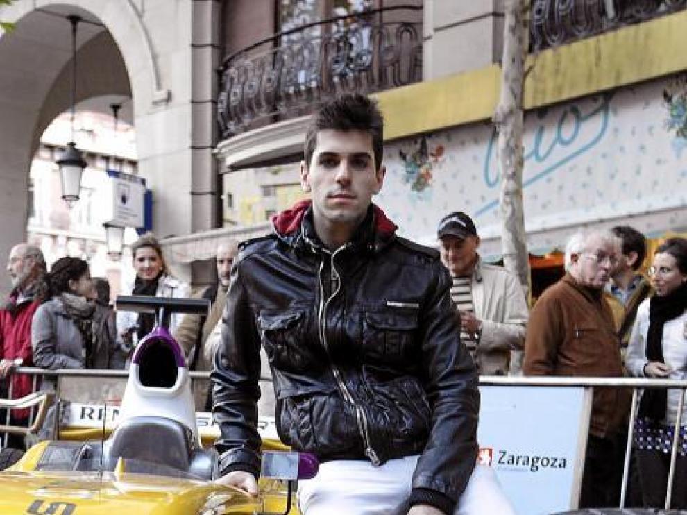 El piloto de Fórmula 1 Jaime Alguersuari, ayer en la plaza Santa Engracia de Zaragoza.