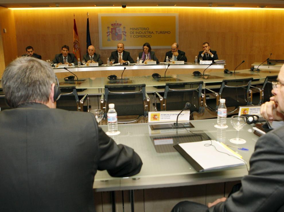 El presidente de General Motors España, Romuald Ritwinski (dcha), durante la reunión entre sindicatos y representantes de Magna, con la participación de miembros del Gobierno de Aragón y presidida por el ministro de Industria, Miguel Sebastián