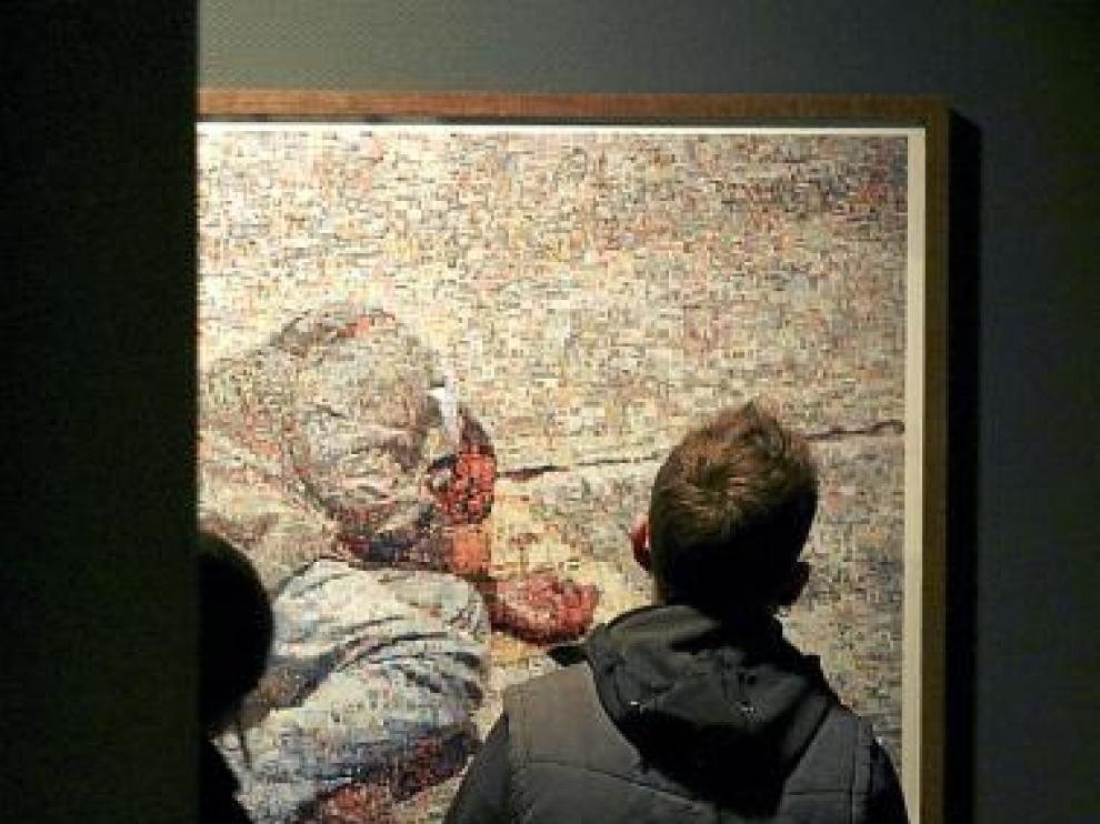 Un visitante observa una obra de Joan Fontcuberta.