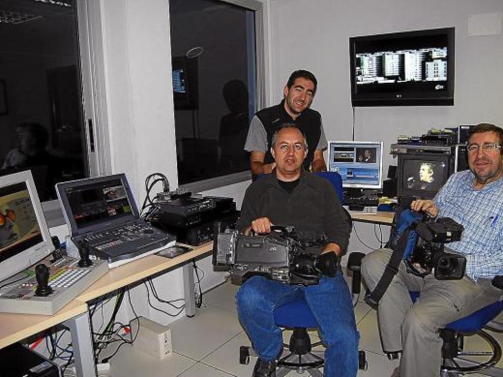 El equipo de Canal 25: Fernando Castro (de pie), junto a Julio Díaz y José María Santolaria.