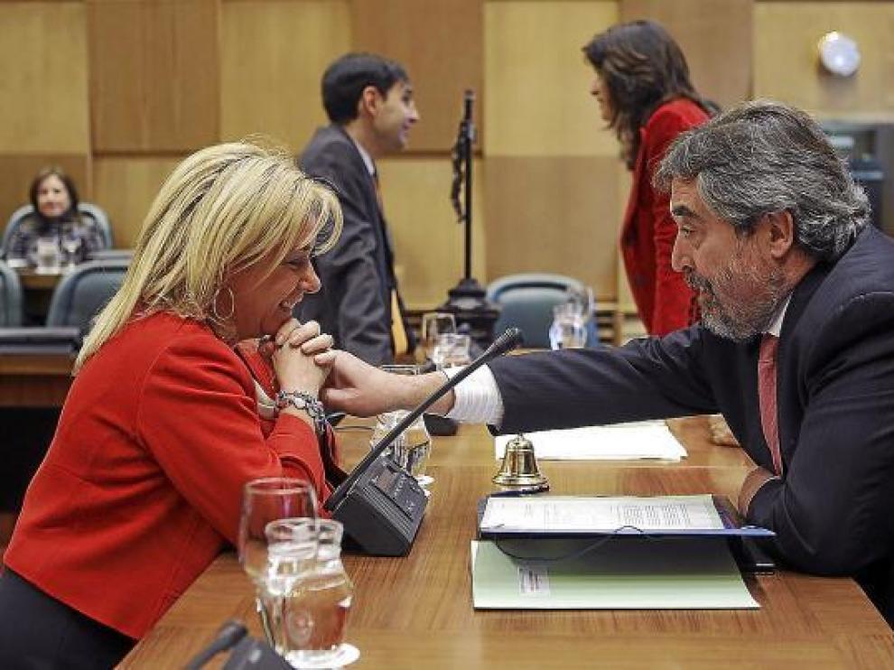 La portavoz del PP, Dolores Serrat, con el alcalde de Zaragoza, antes del inicio del pleno, ayer.