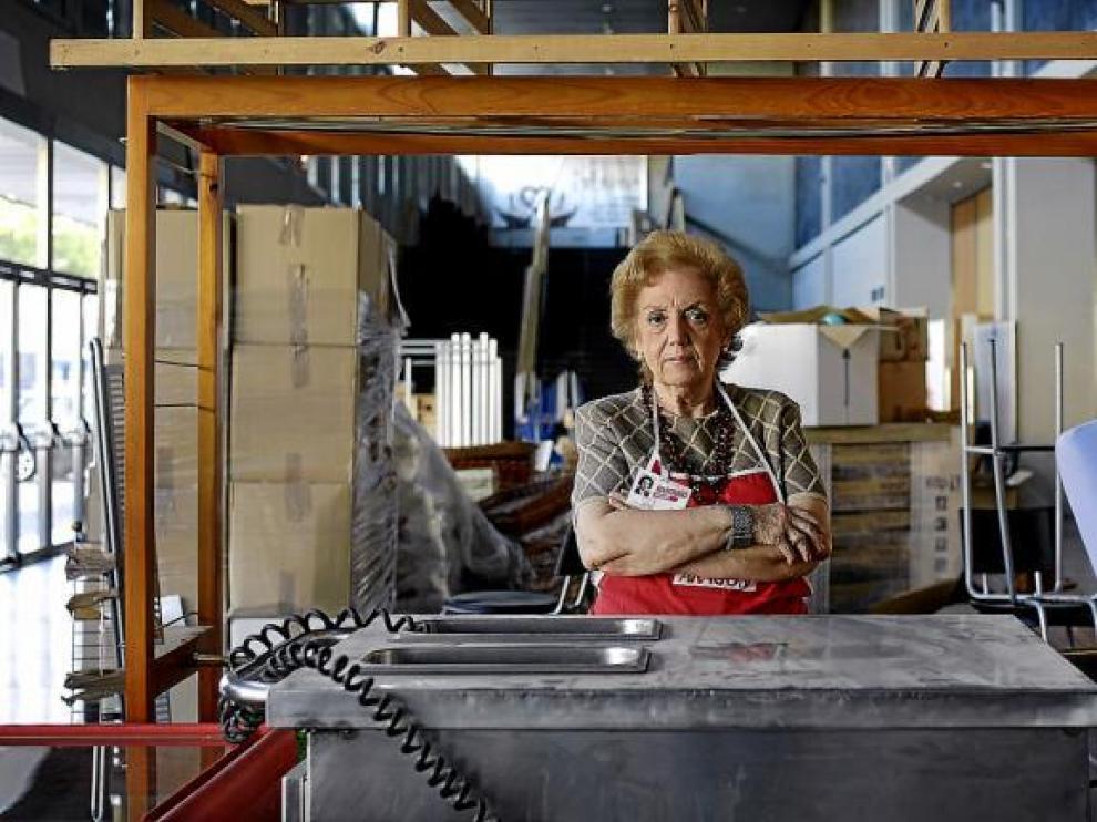 La voluntaria Lola Solans, posa mientras prepara el puesto en el mercadillo.
