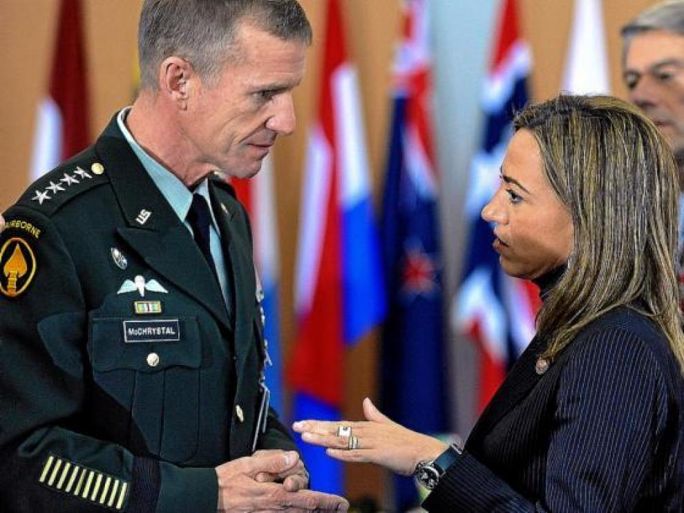 El general Mc Chrystal conversa con la ministra de Defensa española, Carme Chacón.
