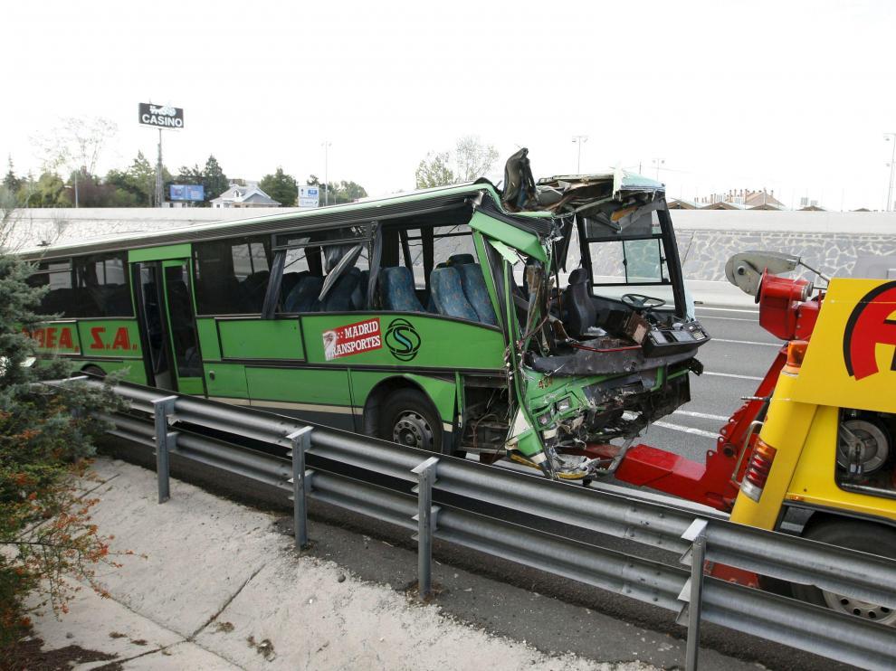 La parte delantera del autobús quedó destrozada