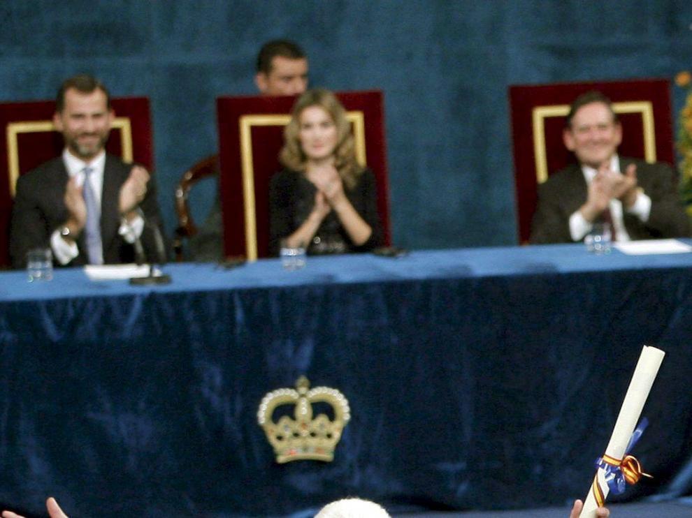 El ingeniero estadounidense Martin Cooper saluda tras recoger junto a Raymond Samuel, el Premio Príncipe de Asturias de Investigación