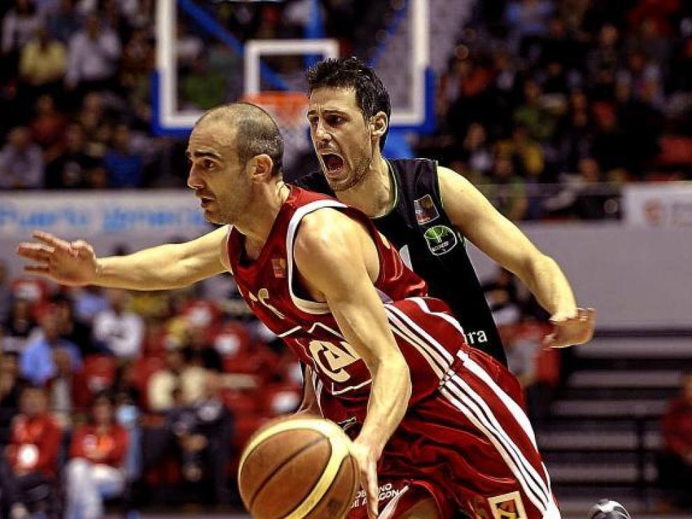 El jugador del CAI Zaragoza Eduardo Sánchez penetra a canasta.