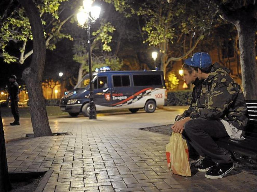 La Policía advierte a los jóvenes durante la primera noche de prohibición del botellón
