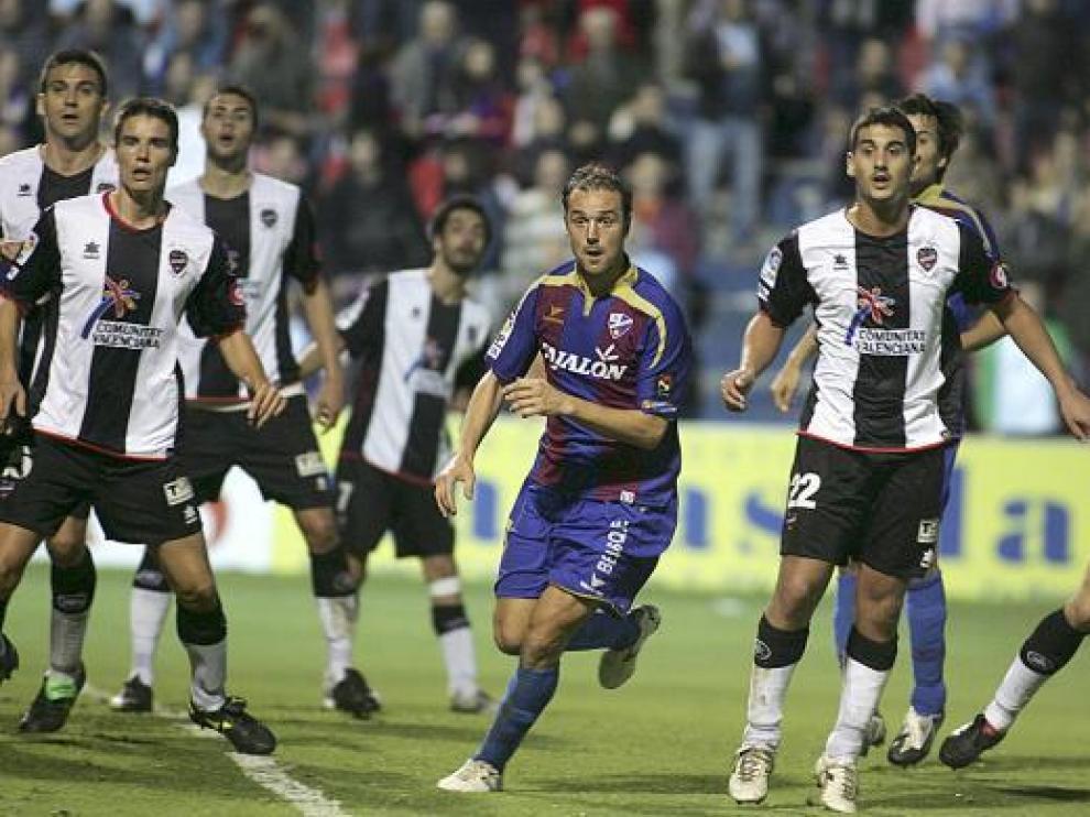 Helguera, rodeado por jugadores del Levante.