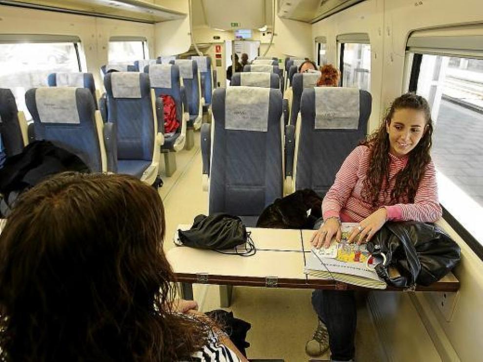 Andrea Lasierra, de frente, y Clara Santos, de espaldas, en el tren del viernes a las 15.36.
