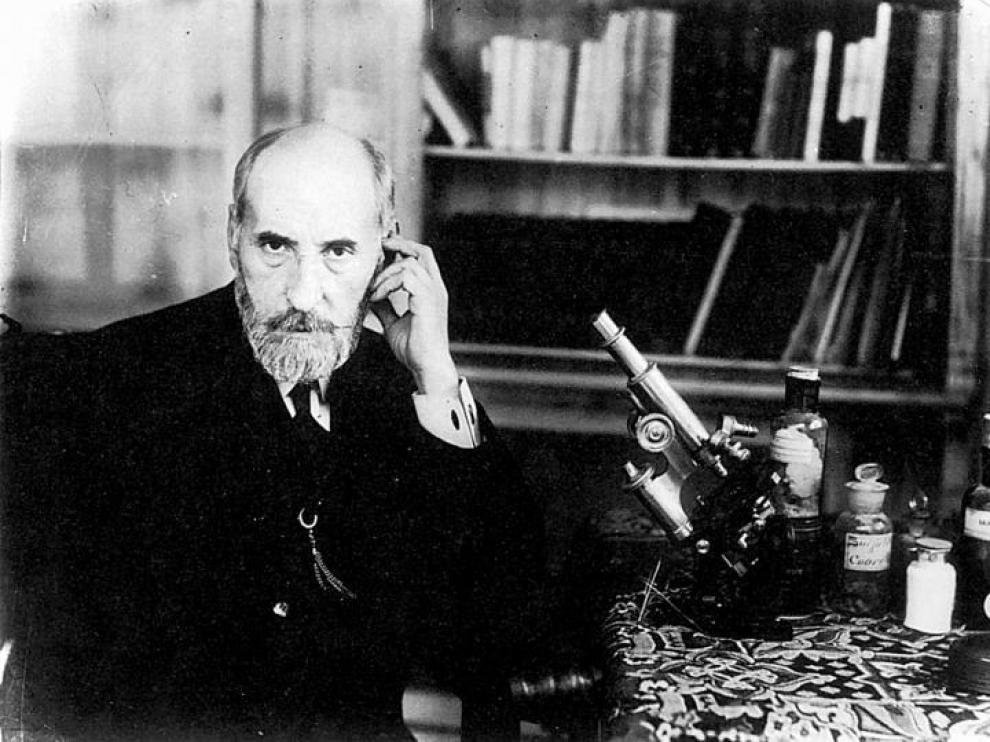 Santiago Ramón y Cajal, con su microscopio, en un autorretrato que se hizo en Madrid en 1908.