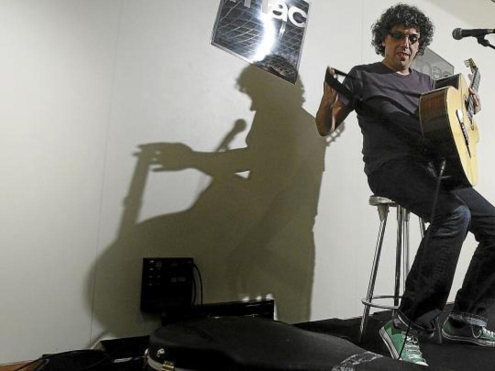 Pedro Guerra se prepara para comenzar su concierto en el Fórum de la FNAC.
