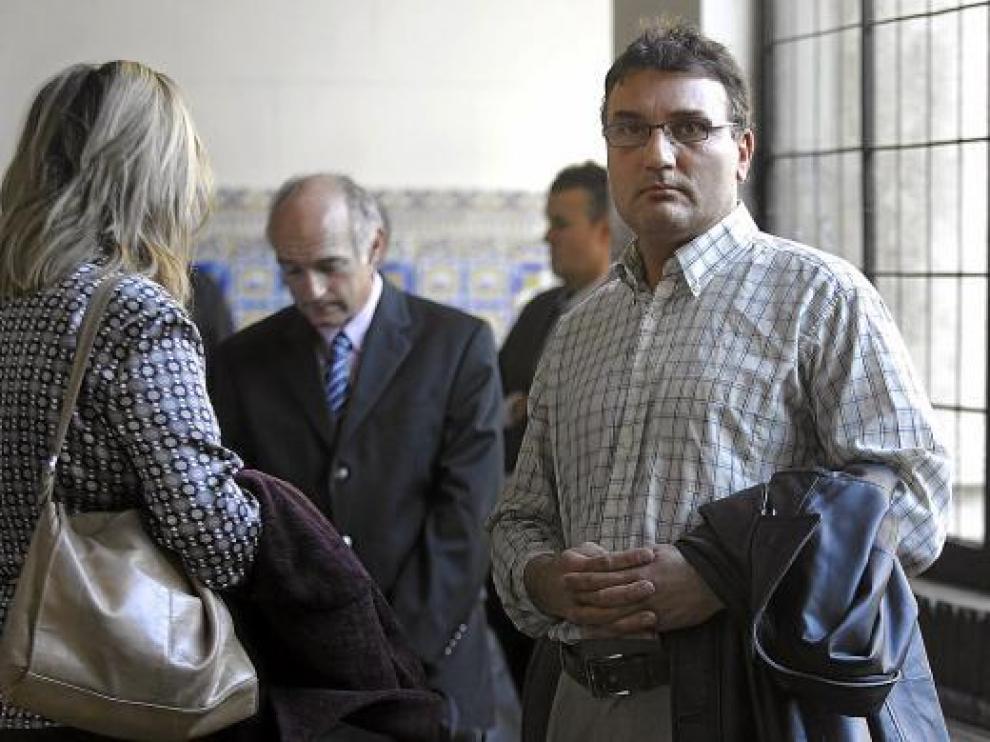 La pareja procesada, minutos antes de celebrarse ayer el juicio en la Audiencia de Zaragoza.