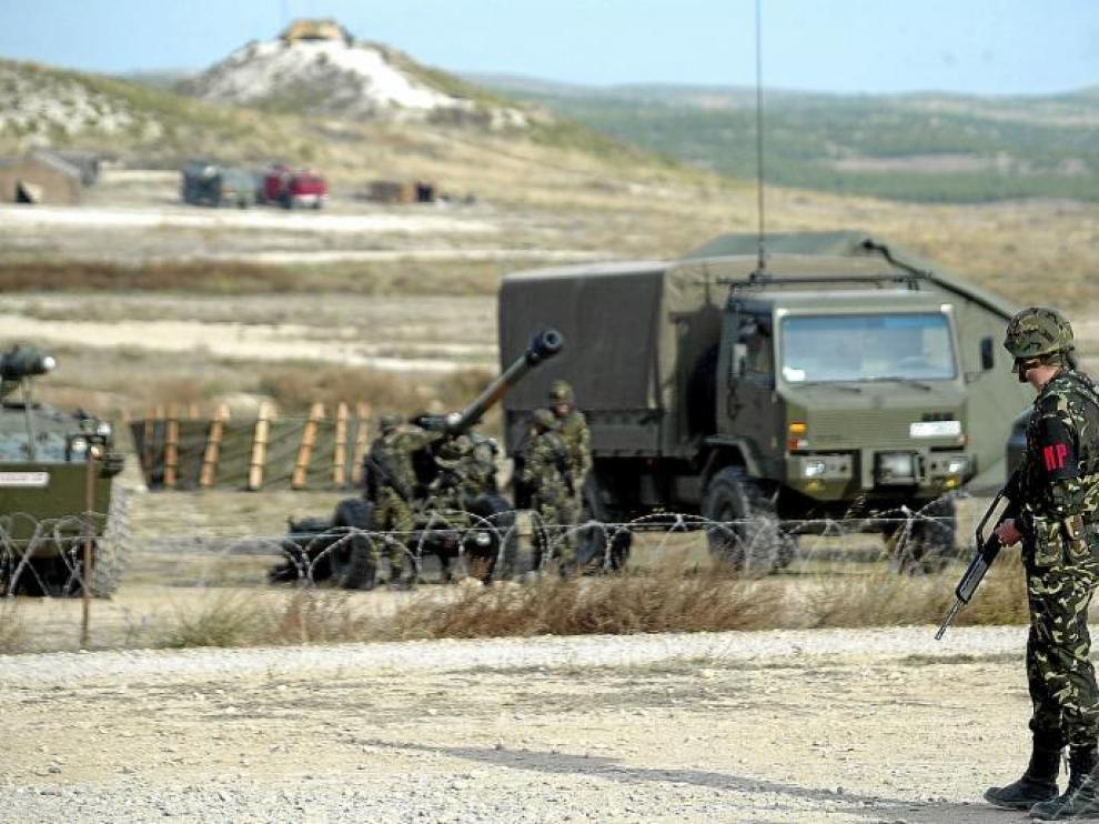 En la imagen, un grupo de militares realiza maniobras en el campo de San Gregorio, dentro del término municipal de Zaragoza.