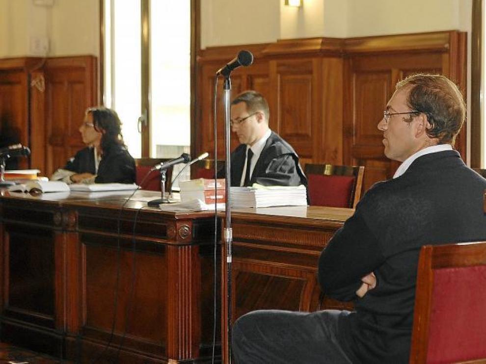 Ricardo Alcón, ayer en el juicio en la Audiencia Provincial, en primer término. Al fondo, su abogado y la fiscal.