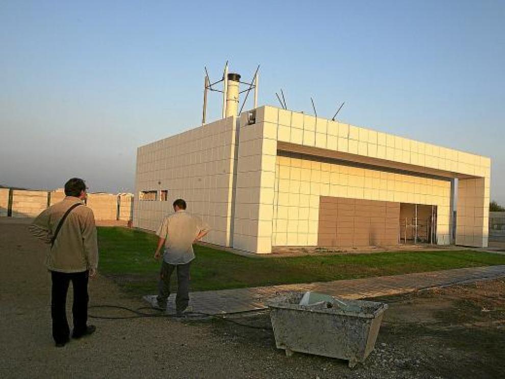 El crematorio, situado en la parte norte del cementerio, ya está listo para poder ser utilizado.