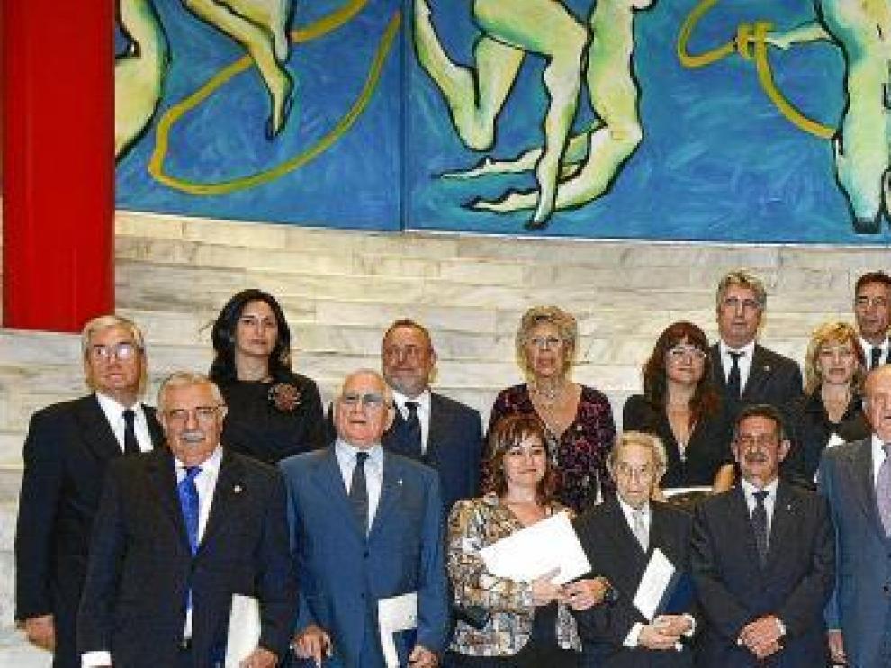 Los veinticinco galardonados, ayer, con los Reyes y el presidente de Cantabria, durante la ceremonia de entrega que tuvo lugar en el Palacio de Festivales de Santander.