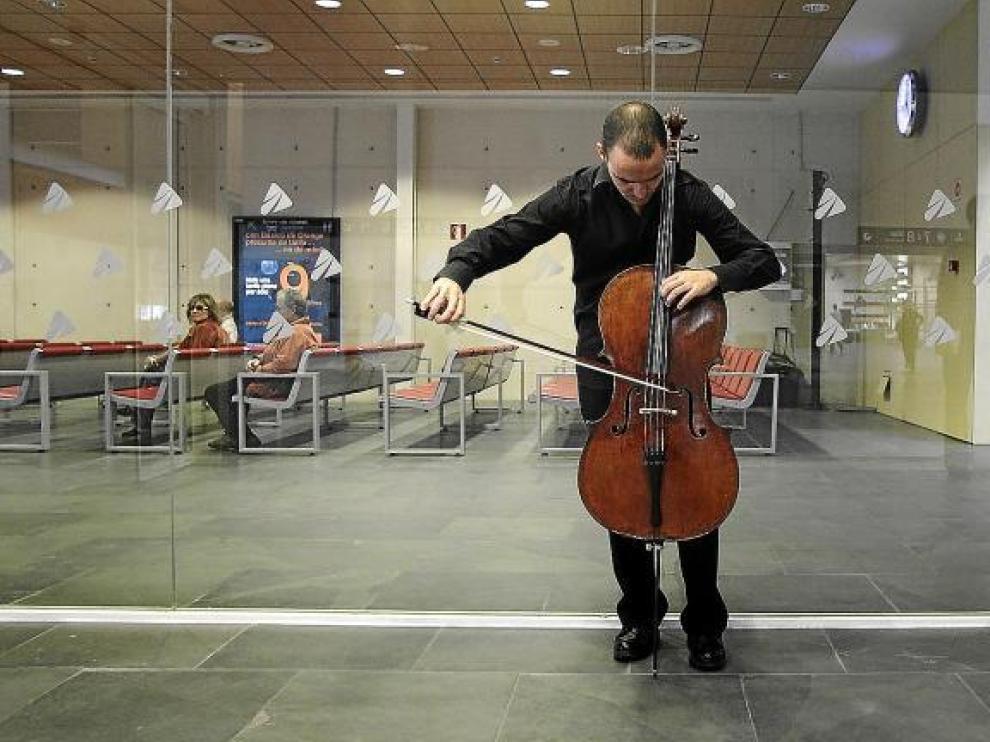 Miguel Cariñena, mitad del dúo Cariñena-Jábega, ensaya minutos antes de dar comienzo el recital, cerca de la zona de taquillas.