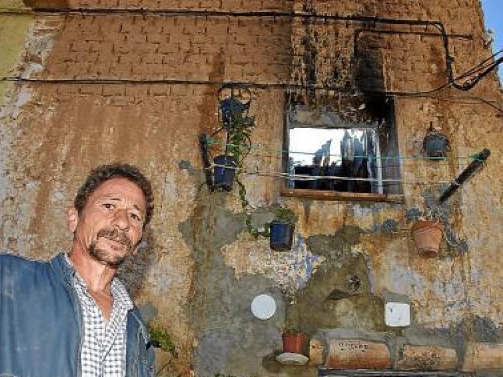 Emilio Bausa, inquilino de la vivienda que se quemó, ayer.