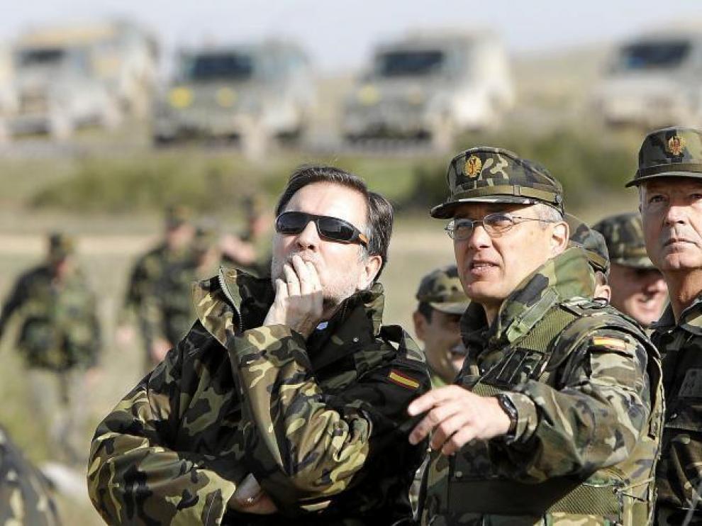 El presidente Marcelino Iglesias, con indumentaria militar,  en una visita al zaragozano campo de maniobras de San Gregorio.