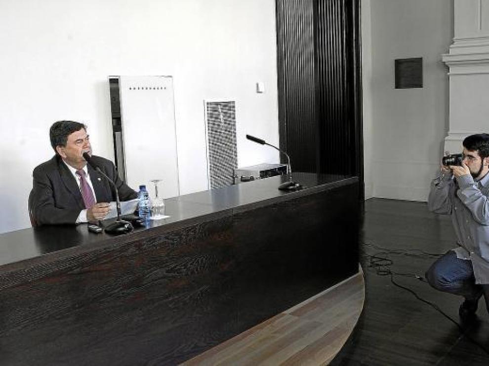 El rector, Manuel López, la pasada semana durante una rueda de prensa en el Paraninfo