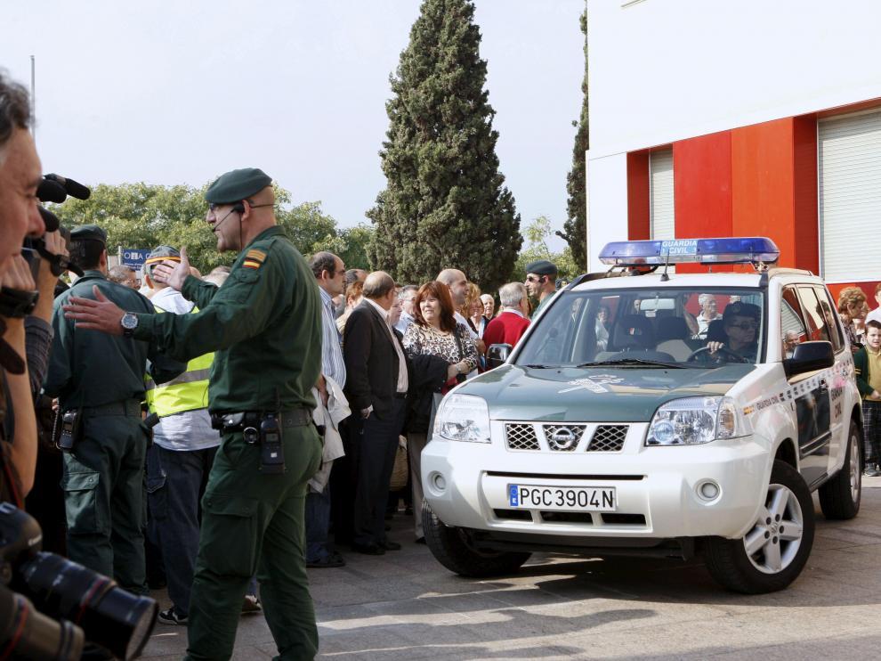 Decenas de ciudadanos se concentraron frente al Ayuntamiento de Santa Coloma de Gramenet