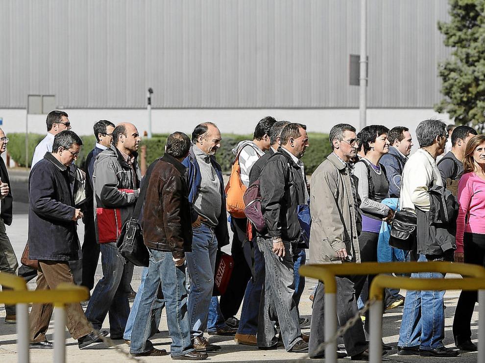 Imagen del pasado viernes del cambio de turno de los trabajadores de la planta de General Motors en Figueruelas