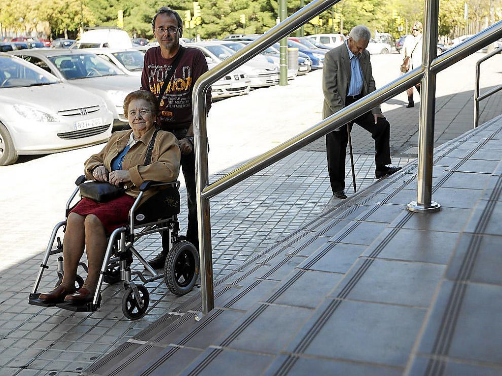 Manuel Izaguerri, con su madre, Gloria, frente a las escaleras del pabellón. Detrás, su padre