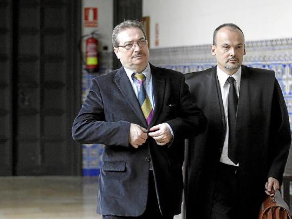 El procesado, a la izquierda, junto a su abogado, momentos antes de iniciarse el juicio en la Audiencia.
