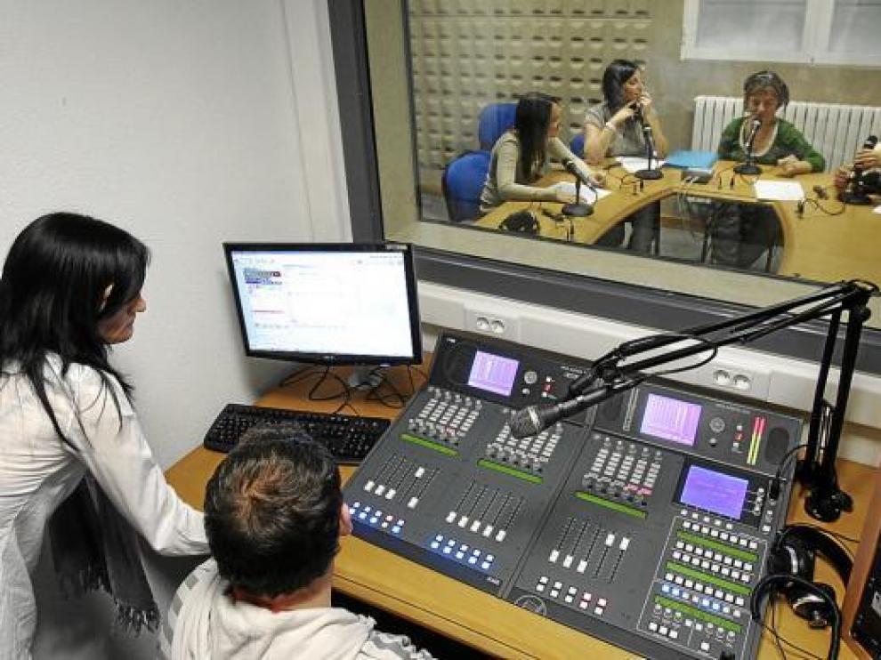 Un grupo de alumnos durante una clase en el recién estrenado estudio de radio.