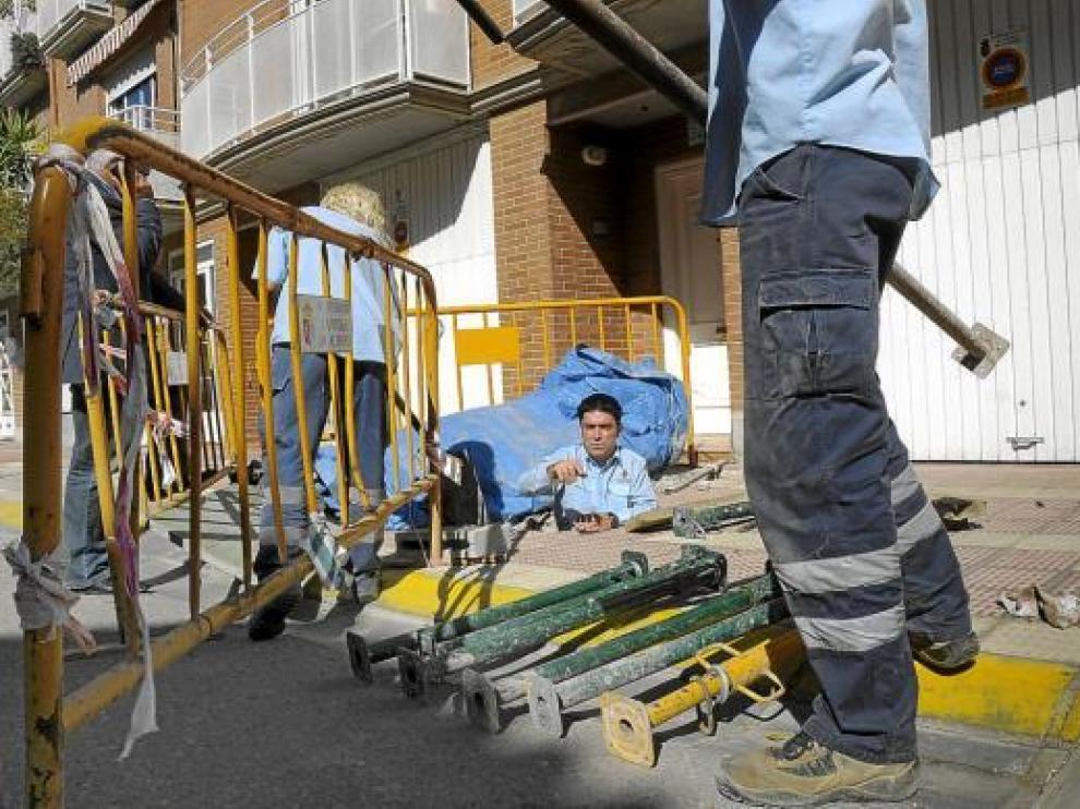Los empleados municipales, en la sima, unos días después de detectar la oquedad.